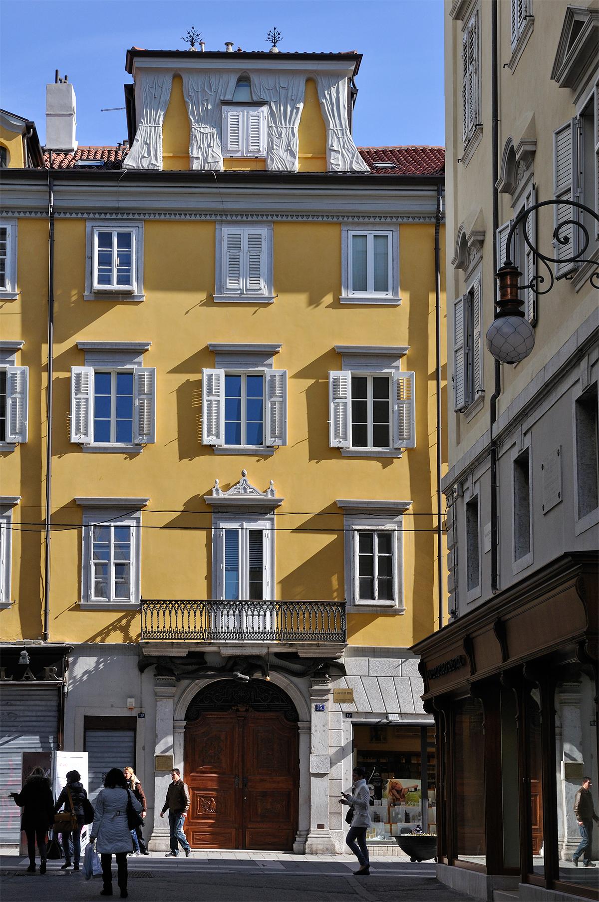La casa delle bisse for Piani di casa francese in tudor