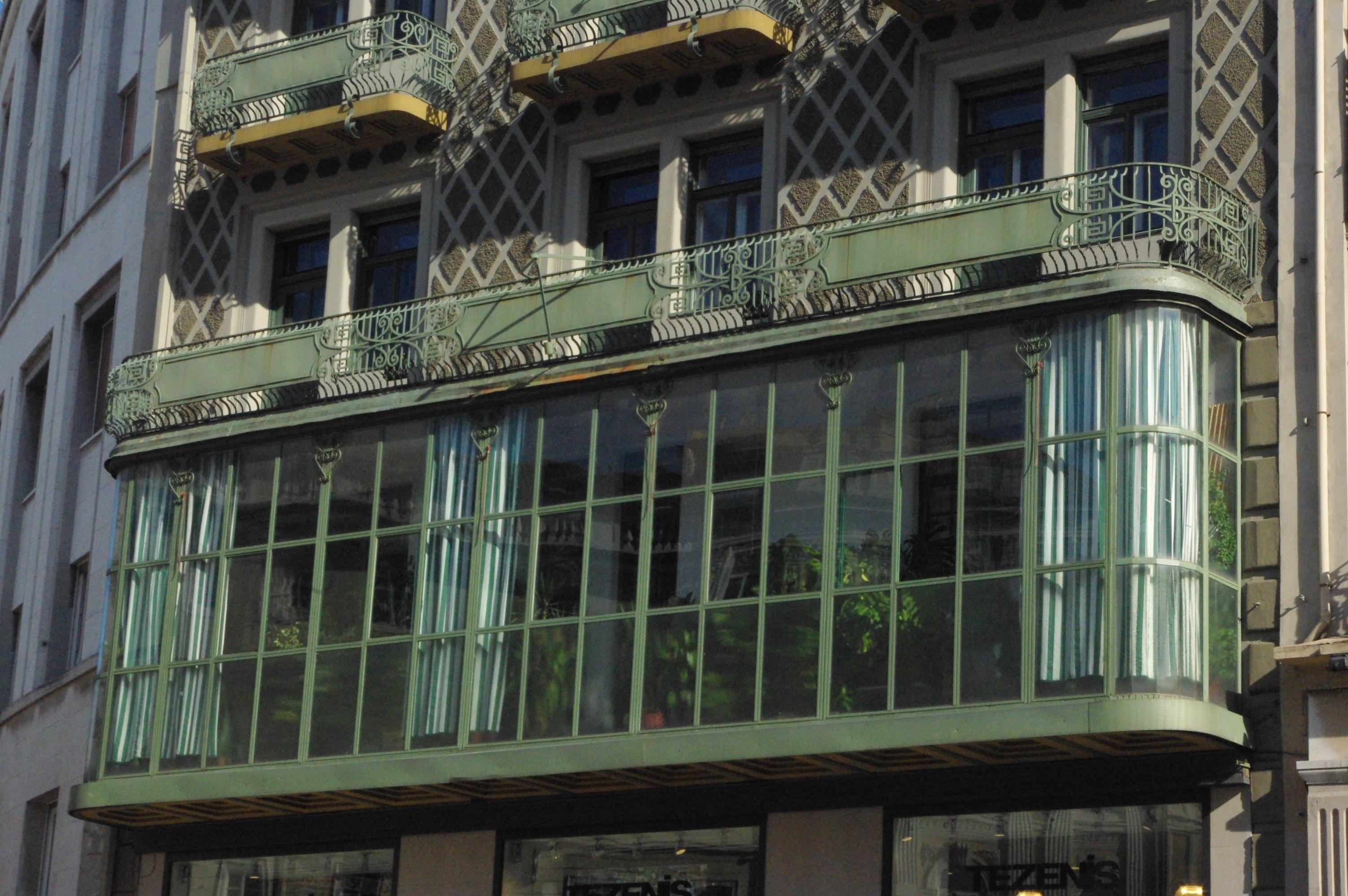 Scoprendo trieste casa bartoli for Balcone chiuso da vetrate
